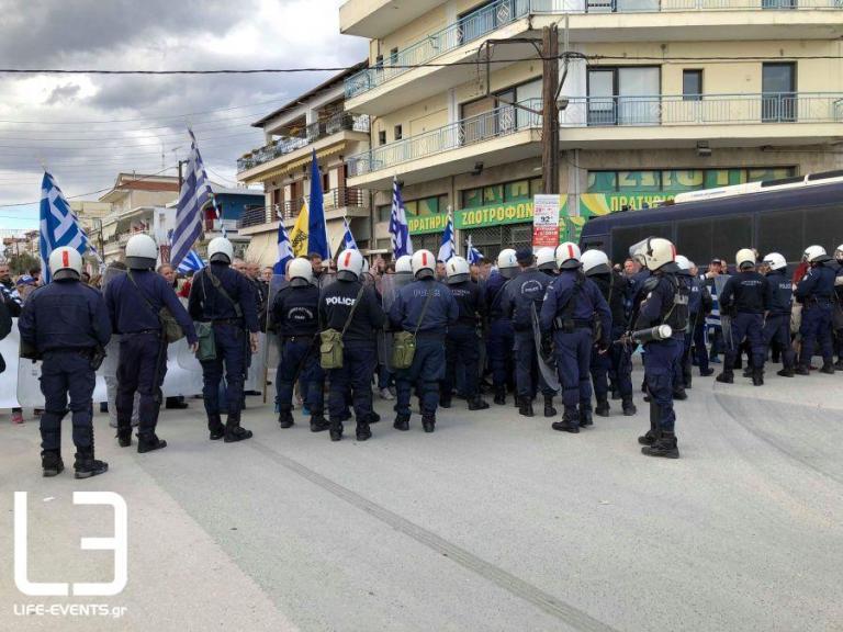 Πολύκαστρο: Ένταση στο συλλαλητήριο για τη Μακεδονία – Σπρωξιές, βρισιές και… διαπραγματεύσεις [vid]