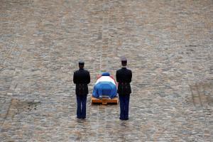 Με τιμές ήρωα το Παρίσι αποχαιρετά τον αστυνομικό Αρνό Μπελτράμ