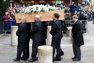 Ήταν όλοι εκεί! Πλήθος κόσμου στην κηδεία του Στίβεν Χόκινγκ