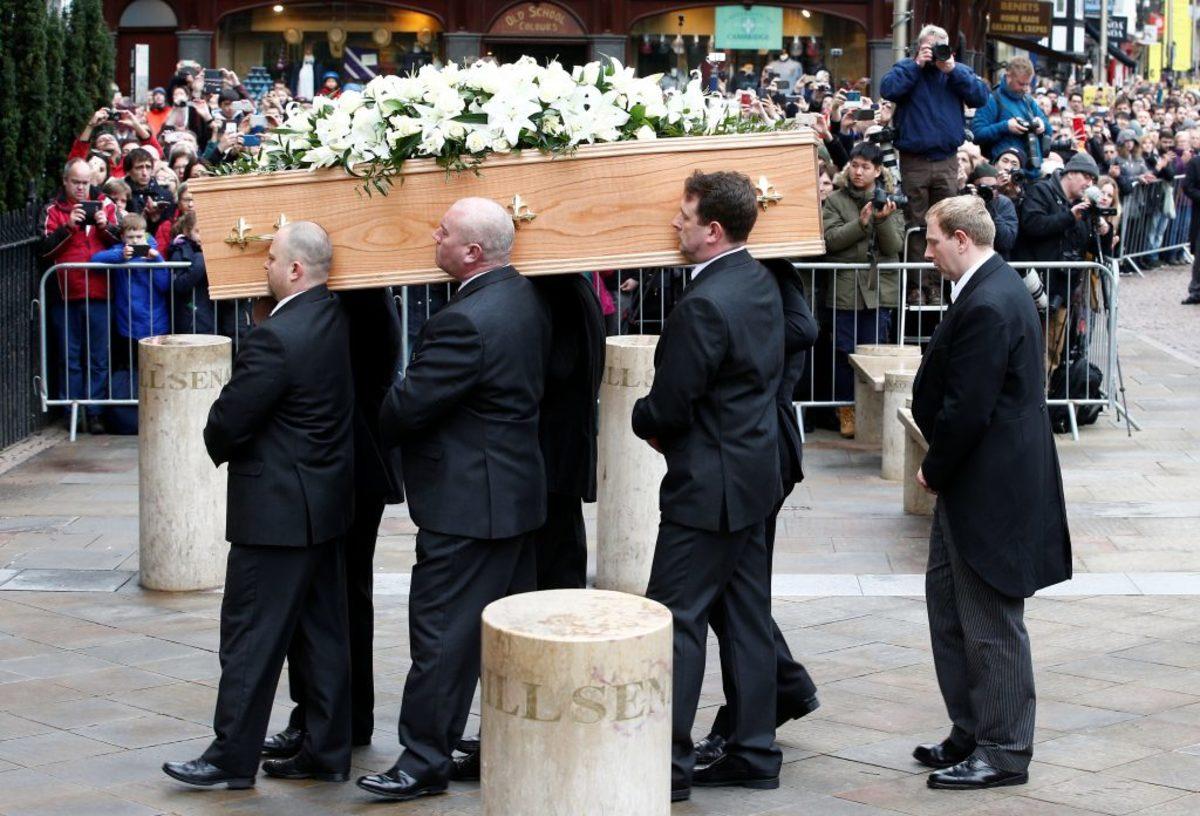 Ήταν όλοι εκεί! Πλήθος κόσμου στην κηδεία του Στίβεν Χόκινγκ [pics, vid]