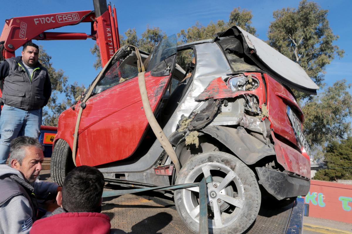 Κανονικά τα δρομολόγια του Ηλεκτρικού – Εικόνες σοκ από το αυτοκίνητο που έπεσε στις ράγες