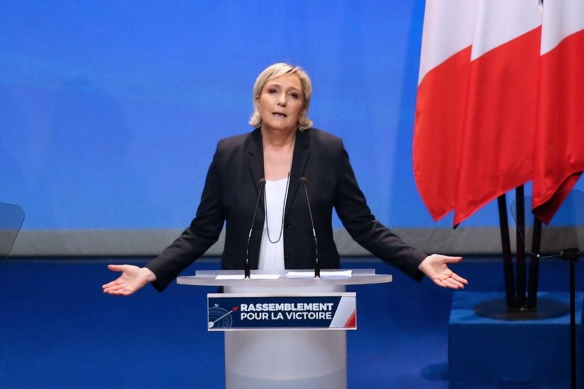 """Γαλλία: Η Λεπέν μετονόμασε το ακροδεξιό """"Εθνικό Μέτωπο"""" σε """"Εθνικό Συναγερμό"""""""