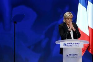 """Μαρίν Λε Πεν: """"Ξεριζώνει"""" τον πατέρα της μετά από την επανεκλογή της! Θέλει να αλλάξει το όνομα του ακροδεξιού Εθνικού Μετώπου"""