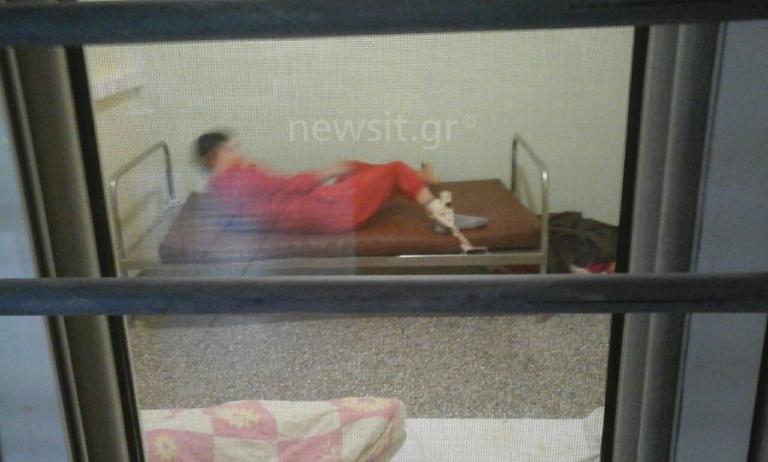 Οι εικόνες της ντροπής στο Λοιμωδών! Δεμένα με ιμάντες στα κρεβάτια άτομα με αυτισμό [vids, pics]