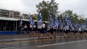 Θεσσαλονίκη: Με Μπουτάρη, Ζουράρι και Φράγκο Φραγκούλη η μαθητική παρέλαση – Τα στιγμιότυπα που κέντρισαν τα βλέμματα [vids]