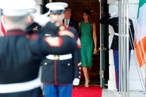 Μελάνια Τραμπ: Ο συμβολισμός πίσω από το απίθανο σμαραγδένιο λεοπάρ φόρεμα της