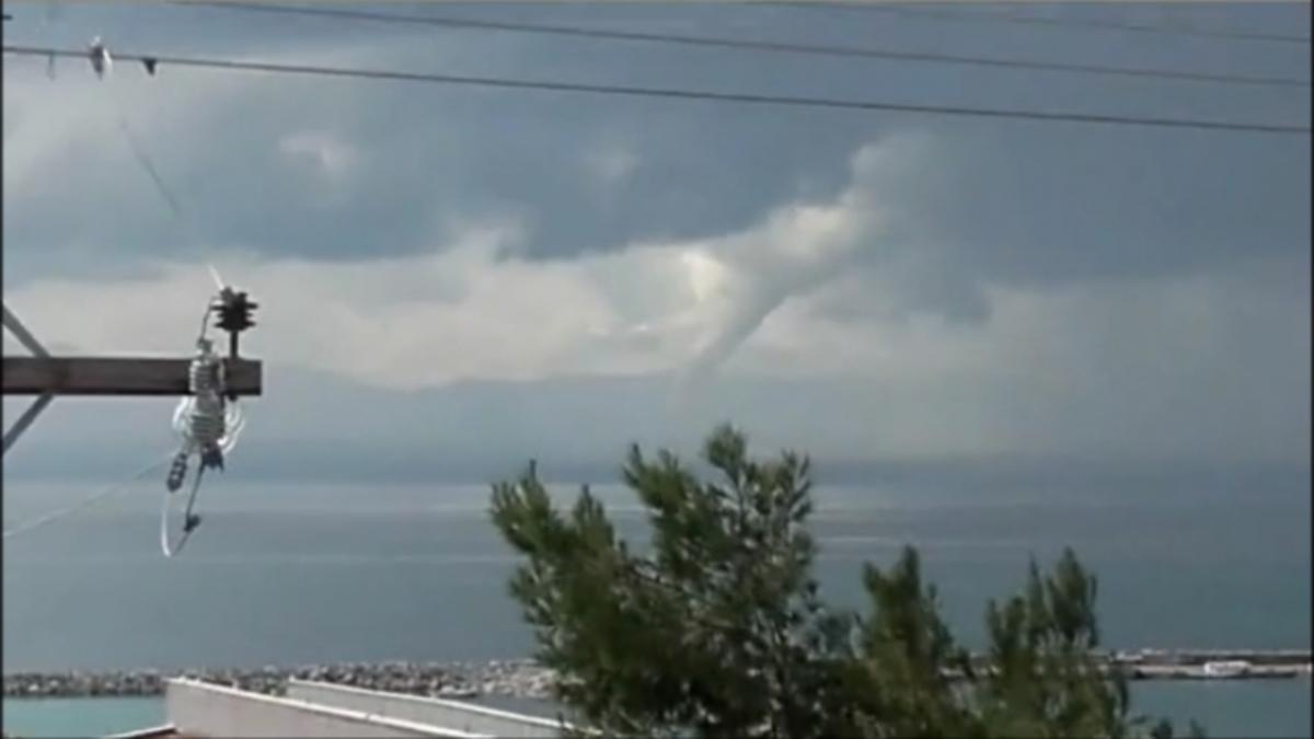 Θεσσαλονίκη: Εντυπωσιακός υδροστρόβιλος στη Νέα Μηχανιώνα [vid]