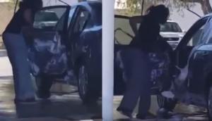 Γυναίκα πλένει το εσωτερικό του αυτοκινήτου της με σαπούνι και νερό