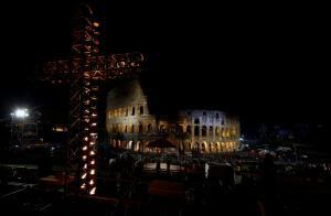 """""""Αστακός"""" η Ρώμη για την «Οδό του Μαρτυρίου»! Οικογένεια από τη Συρία θα μεταφέρει τον σταυρό στο Κολοσσαίο"""