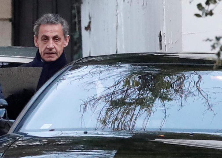 Οι πρώτες εικόνες του Νικολά Σαρκοζί μετά την κράτηση [pics, vids]