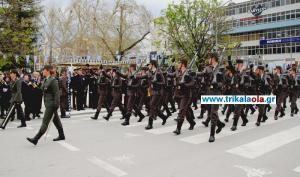 Τρίκαλα: Οι εικόνες στην παρέλαση που μαγνήτισαν τα βλέμματα – Το πέρασμα σπουδαστών της ΣΜΥ [vid]