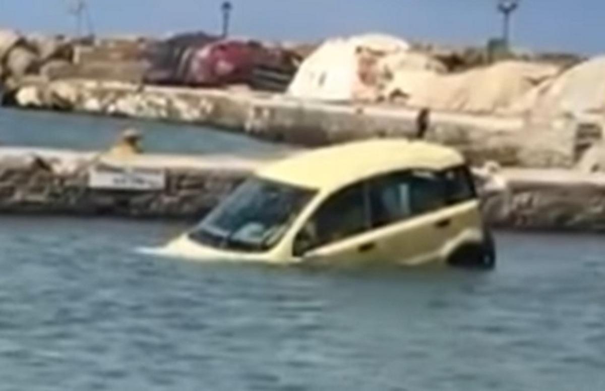 """Πάρος: Το αυτοκίνητο στη θάλασσα ήταν το δικό του – """"Τρελάθηκε"""" ο ιδιοκτήτης που έπινε καφέ [pic, vid]"""