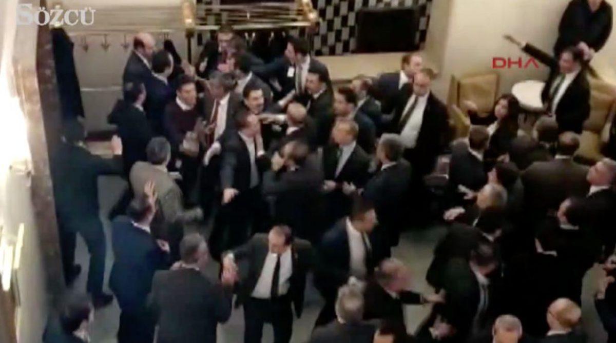 Άγριο ξύλο στην τουρκική Βουλή! Μπουνιές και κυνηγητό