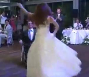 Σαντορίνη: Το ζεϊμπέκικο της ψυχής και η νύφη που δάκρυσε στο τέλους του χορού – Οι εικόνες που έγιναν viral [vid]