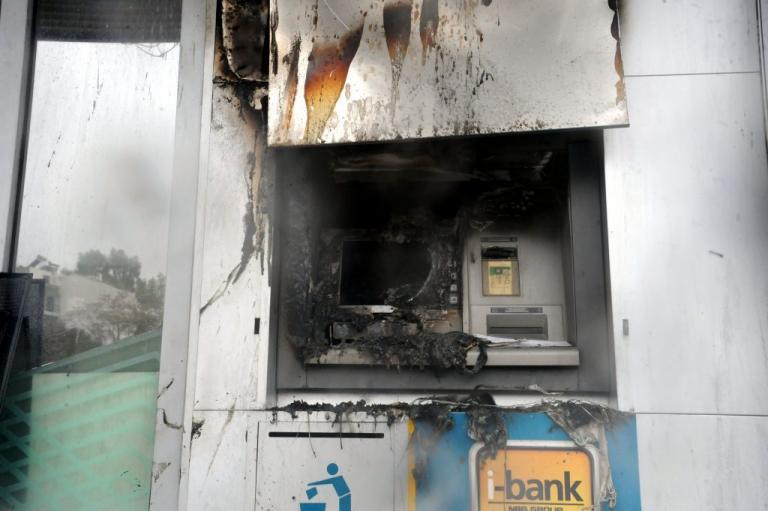 Εμπρησμοί τα ξημερώματα – Έκαψαν τρία ATM στο Περιστέρι