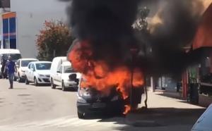 """Συγκλονιστικές εικόνες! """"Λαμπάδιασε"""" αυτοκίνητο στο κέντρο της Άρτας! [vid]"""