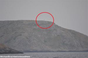 Aνθρωποφάς: Η ελληνική σημαία συνεχίζει να κυματίζει – Τα ντοκουμέντα στη βραχονησίδα – Η άγνωστη περιπέτεια δημοσιογράφου [pics, vid]