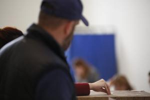 Δημοσκόπηση – Ανατροπή με μονοψήφια διαφορά και πέντε κόμματα στη Βουλή!