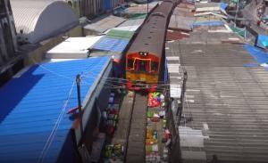 Τρένο περνά πάνω από πάγκους λαϊκής αγοράς!