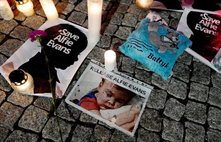 """Θρήνος στη Βρετανία για τον 23 μηνών Άλφι Έβανς – Ραγίζει καρδιές το """"αντίο"""" του πατέρα του"""
