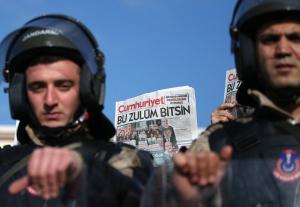 """Η δικαιοσύνη του Ερντογάν… Καταδικάστηκαν οι """"τρομοκράτες"""" δημοσιογράφοι της Cumhuriyet"""