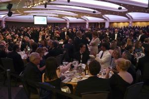 Ο Τραμπ σνομπάρει ξανά τους δημοσιογράφους! Το δείπνο και η… άδεια καρέκλα