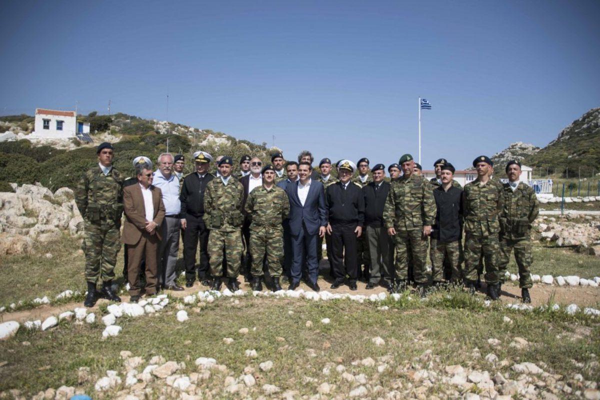 Υπόκλιση Τσίπρα στο μνημείο της Κυράς της Ρω - Καρέ - καρέ η επίσκεψη στο Καστελόριζο