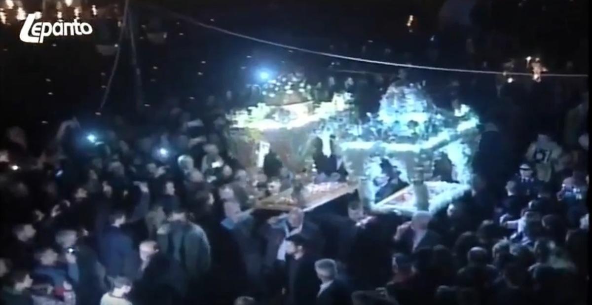 Απίστευτο περιστατικό στη Ναύπακτο: Έπεσε ο τρούλος από τον Επιτάφιο! Ένας τραυματίας [vid]