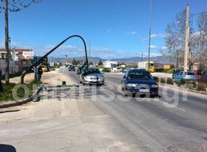 Τρόμος στη Λάρισα: Έπεσε το φανάρι πάνω στο αυτοκίνητό τους [pic]