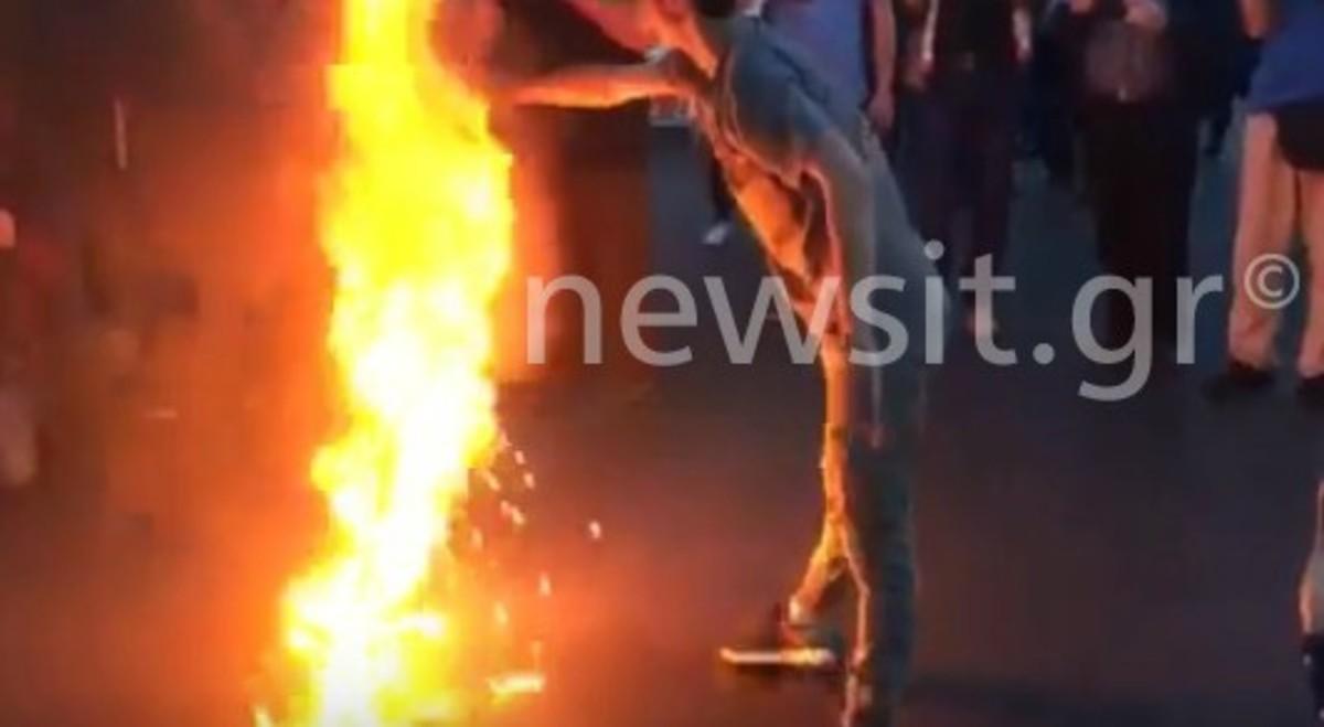 ΚΚΕ: Πορεία διαμαρτυρίας για τους βομβαρδισμούς στην Συρία! Έκαψαν την γαλλική, την βρετανική, την αμερικανική και την σημαία της ΕΕ [pics, vids]