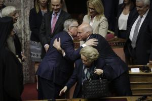 Με look «Ντένις ο Τρομερός» ο Γιούνκερ στη Βουλή – Οι αγκαλιές με παλιούς φίλους [pics]