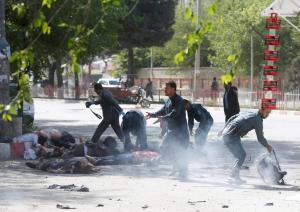 """""""Υποδύθηκε"""" τον δημοσιογράφο για να τους σκοτώσει – Ο ISIS πίσω από το μακελειό στην Καμπούλ – Εικόνες σοκ"""