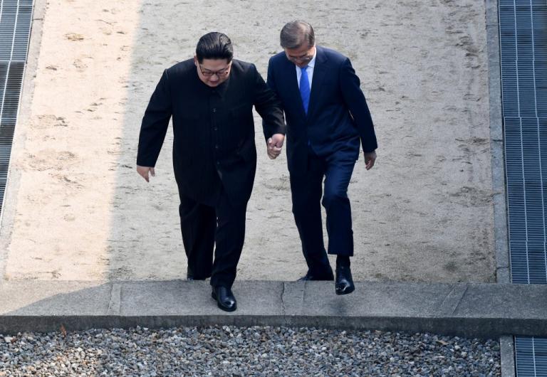 """Με ένα βήμα έγραψε ιστορία ο Κιμ Γιονγκ Ουν – """"Πάτησε"""" στη Νότια Κορέα μετά από 65 χρόνια"""