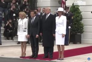 """Δίχως έλεος! Ο Τραμπ """"παρακαλάει"""" ξανά την Μελάνια για να της πιάσει το χέρι [vid]"""