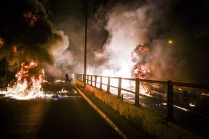"""Νέος Κόσμος: """"Εμπρηστική"""" Ανάσταση! Μολότοφ, εκρήξεις και φωτιές"""