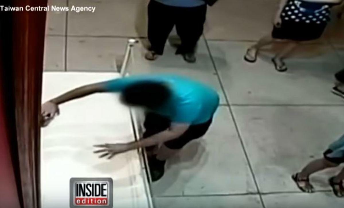 Πιτσιρικάς παραπάτησε και έδωσε μπουνιά σε πίνακα ενός εκατομμυρίου