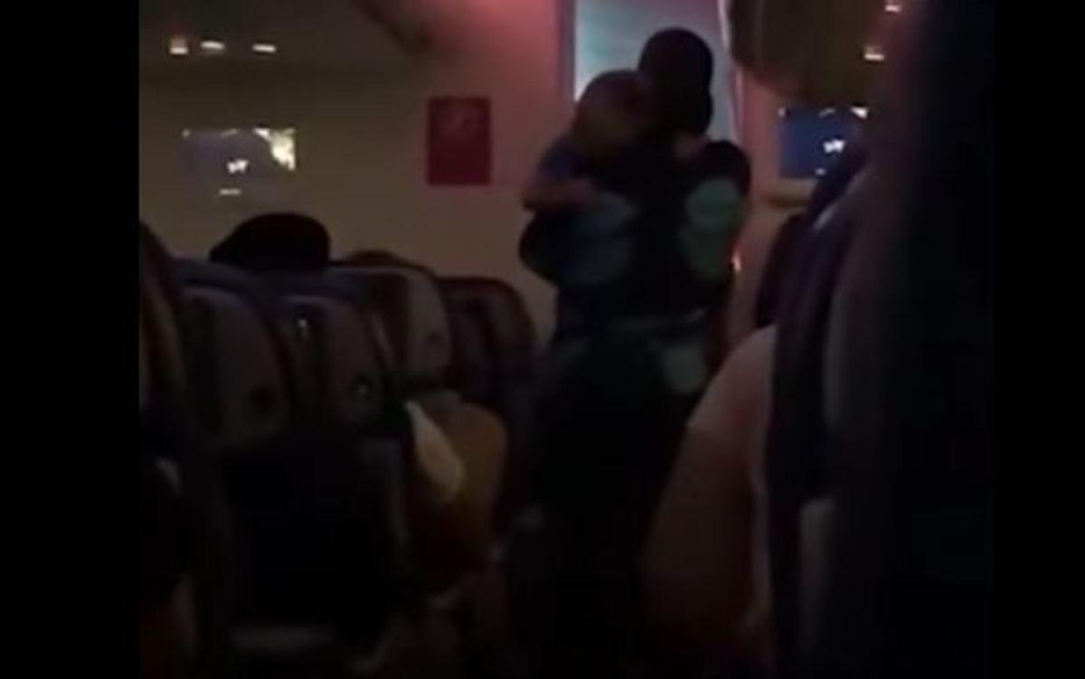 Αεροσυνοδός πήρε στην αγκαλιά της μωρό για να το ηρεμήσει
