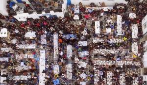 Πάρος: Το τρικούβερτο γλέντι στο γραφικό λιμανάκι της Νάουσας – Μια παρέα ντόπιοι και τουρίστες [pic, vid]