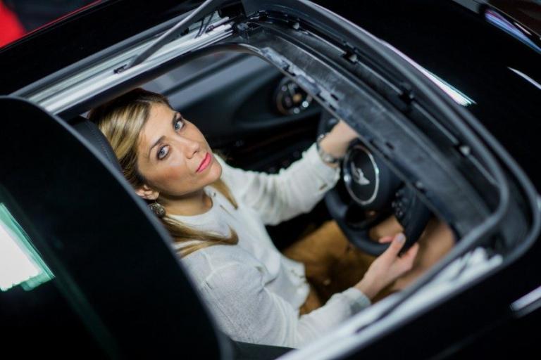 """Η Ελληνίδα καλλονή που έχει """"κατακτήσει"""" την Γερμανία – Είναι η πιο επιτυχημένη πωλήτρια αυτοκινήτων"""