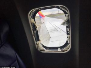 """Πανικός σε πτήση! Τραγικός θάνατος για 43χρονη, τη """"ρούφηξε"""" το σπασμένο παράθυρο [pics, vids]"""