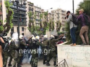 Επεισόδια στο άγαλμα του Τρούμαν – Άγριες συγκρούσεις διαδηλωτών με την αστυνομία