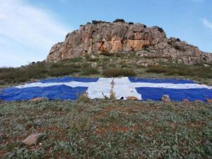 Φάρσαλα: Η ελληνική σημαία των 200 τετραγωνικών μέτρων – Η πρωτοβουλία των 40 νεαρών [pics]