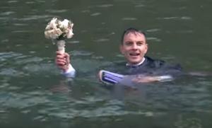 Καστοριά: Ο γαμπρός έγινε μούσκεμα μπροστά στη νύφη σε ένα βίντεο εκπληκτικό – Οι μοναδικές εικόνες [vid]