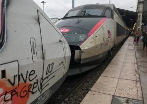 Γαλλία: Στον πυρετό των απεργιών στα τρένα – Το πρώτο μεγάλο τεστ του Μακρόν
