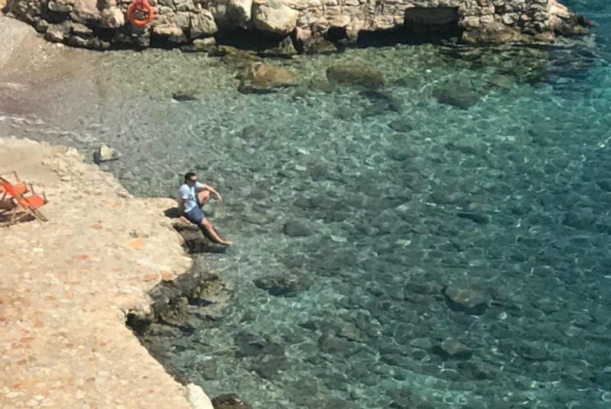 Με θέα το… απέραντο γαλάζιο! Ο Τσίπρας χαλαρώνει σε παραλία της Τήλου [pic]