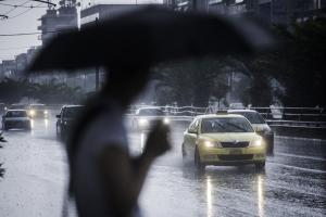 Καιρός: «Σφυροκόπημα» από βροχές και καταιγίδες και την Δευτέρα – Μικρή άνοδος της θερμοκρασίας