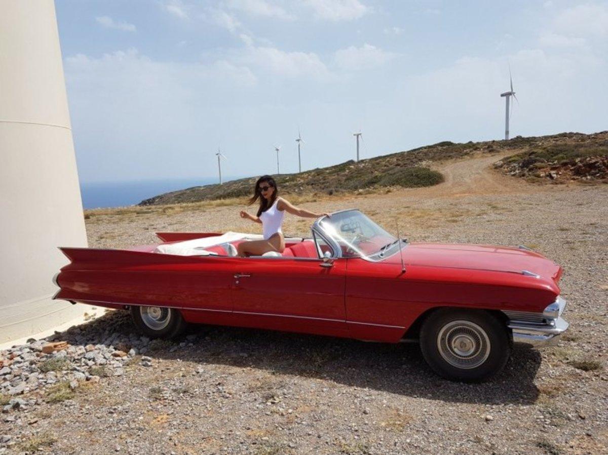 Ελούντα: Η εκπληκτική Cadillac, η καλλονή και οι εικόνες που θα ταξιδέψουν στον κόσμο μέσω διαδικτύου [pics]