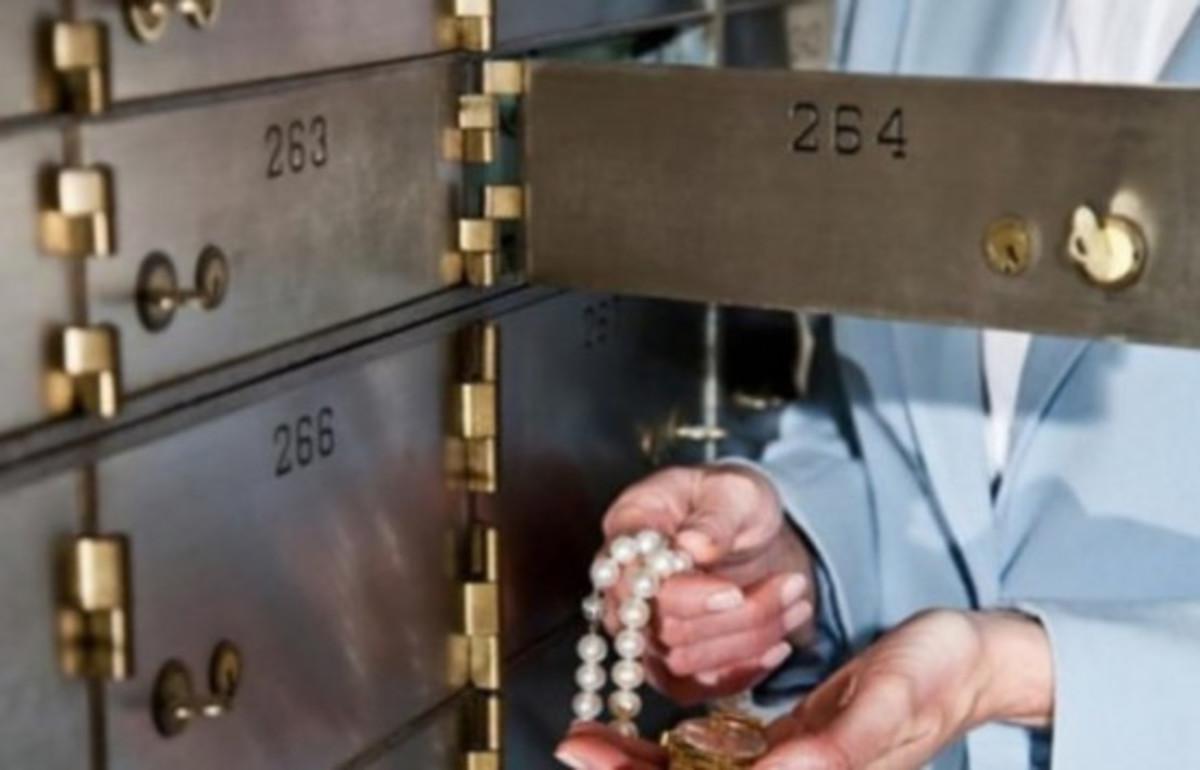 Θεσσαλονίκη: Έβαζαν χέρι σε τραπεζικές θυρίδες – Έτσι έκλεψαν λίρες, ρολόγια, χρήματα και χρυσαφικά!