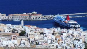 """Σύρος: Ο καπετάνιος του """"Νήσος Σάμος"""" βρήκε τη λύση – Οι εικόνες με τη μανούβρα του πλοίου στο λιμάνι [pics]"""