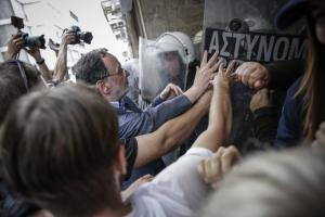 Ένταση έξω από συμβολαιογραφείο στο κέντρο της Αθήνας